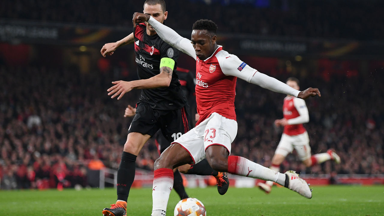 LONDON, ENGLAND - MARCH 15: Danny Welbeck of Arsenal shoots at goal during the UEFA Europa League Round of 16 Second Leg match between Arsenal and AC Milan at Emirates Stadium on March 15, 2018 in London, England.