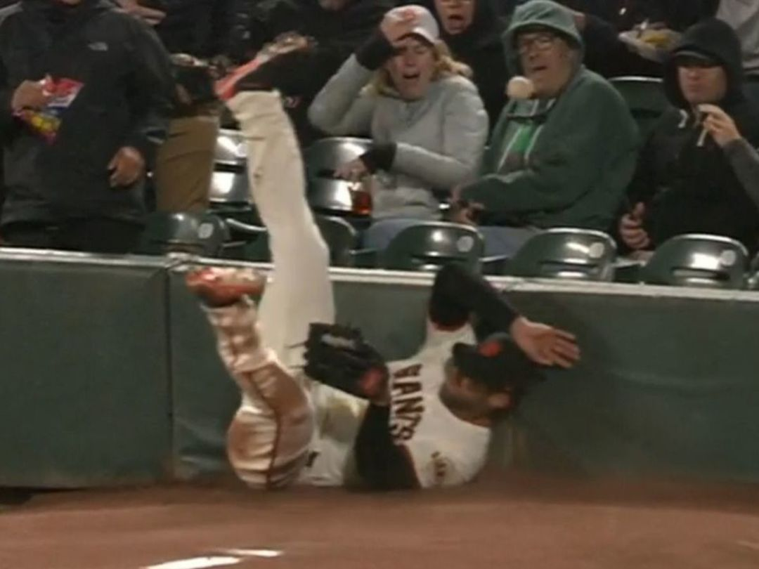 Watch: Giants' Williamson trips over bullpen mound trying to catch fly ball