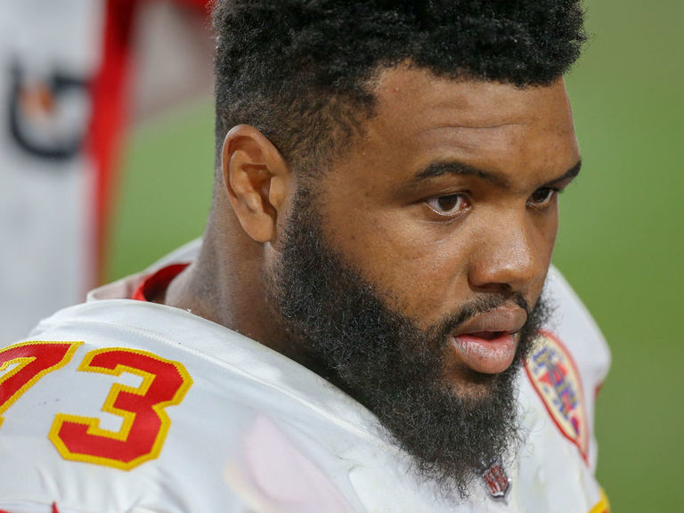 Chiefs' Allen gifts tickets to homeless man who helped pull car out of snow