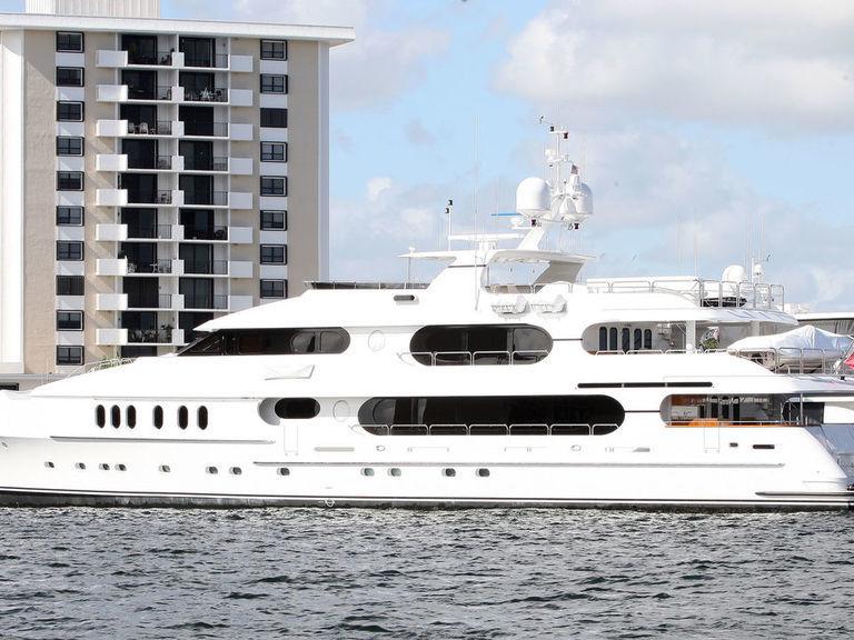 tiger u0026 39 s yacht docks in new york ahead of pga championship