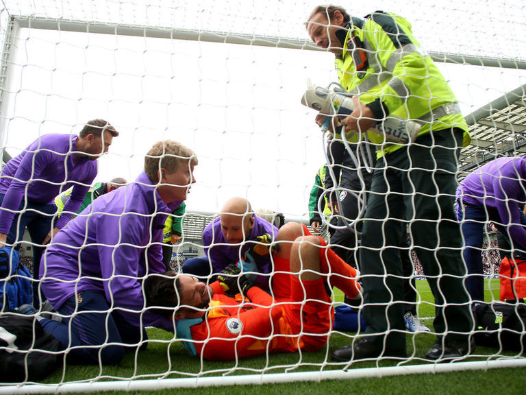Spurs' Lloris has ligament damage in elbow, not expected back until 20