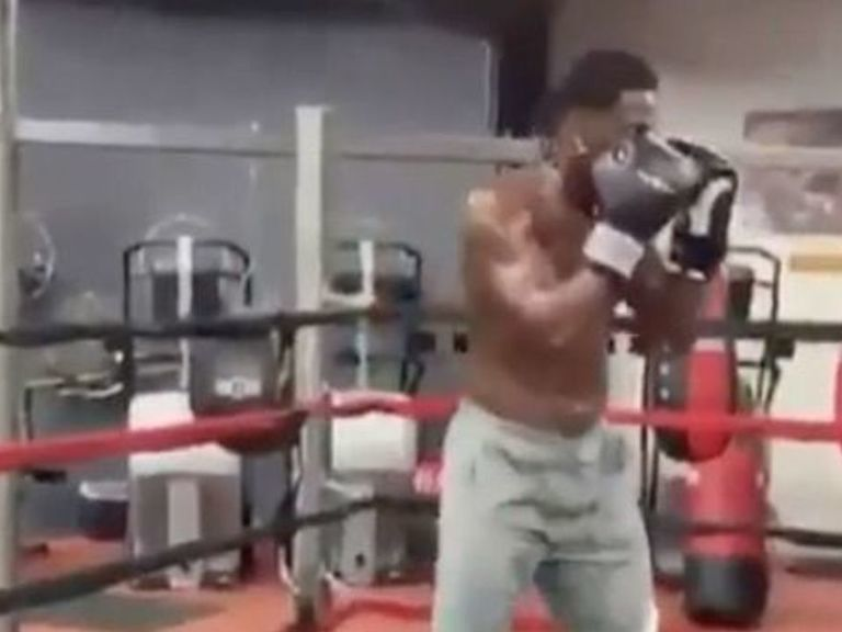 Watch: Antonio Brown shows off boxing skills